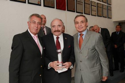 José Abed al momento de recibir la constancia de su placa en el Salón de la Fama de CODEME, acompañado del Teniente Coronel Alonso Pérez, presidente de este organismo, y José S. Jassen, presidente de FEMADAC.